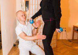 dynamisches Training für die Beinachsen und Rumpfstabilisierung mit Pilatessandbällen und Schaumstoffpad (Balance, Koordination, Stabilisation)